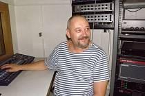 Petr Matoušek v kabině techniky.