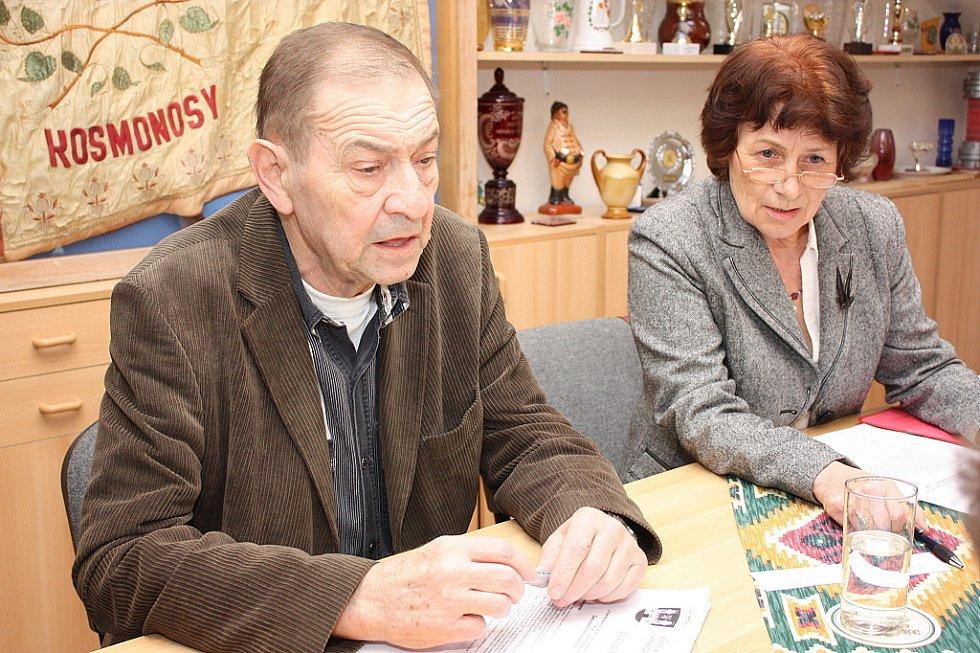 Starosta Kosmonos Vladimír Dlouhý a místostarostka Zdeňka Procházková na čtvrtečním zastupitelstvu.