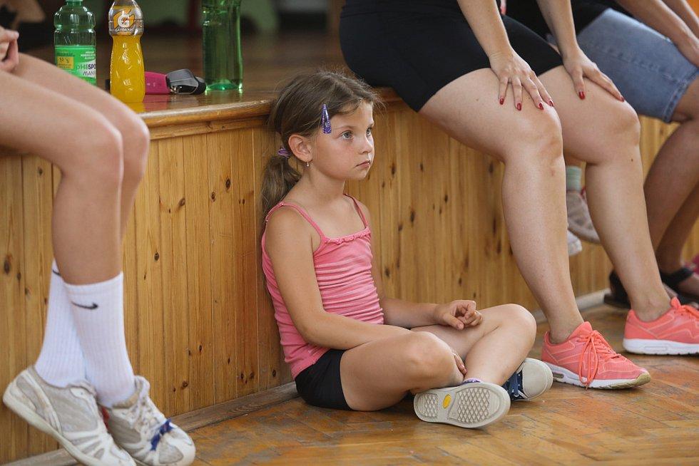 Děti začínají se sportem zhruba ve věku šesti let. U těch nejmenších jde o výuku základů, kdy se učí kotrmelce, první stání na rukou, jednoduché taneční variace. Soutěží se totiž na jednotlivých úrovních, nejen podle věku, ale i podle konkrétní obtížnosti