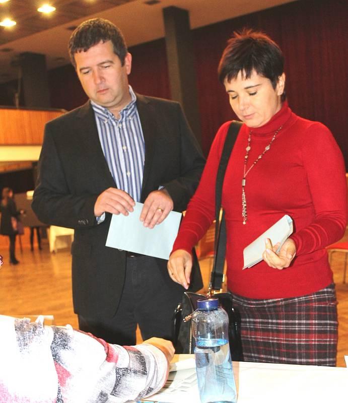 Dům kultury Mladá Boleslav byl v pátek 20. října 2017 poměrně obležen. V 15 hodin přišel s manželkou volit i šéf Poslanecké sněmovny Parlamentu ČR Jan Hamáček.