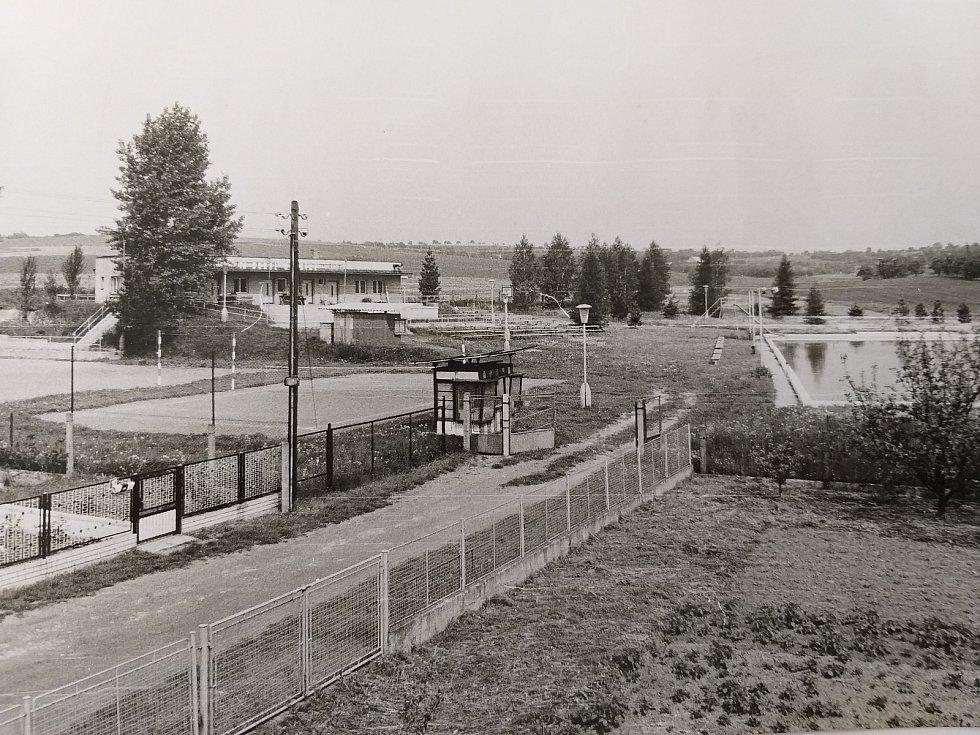 Semčice. Vstup do sportovního areálu, vpravo bazén, vlevo kurty a hřiště na volejbal