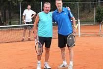 SPORTOVNÍ veterán Jiří Kukla si na bakovském tenisovém kurtu zařádil s fotbalistou Janem Bergerem.