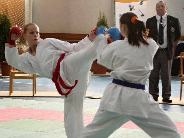 Boleslavská karatistka Ludmila Pavlíková (vlevo) bude na šampionátu obhajovat stříbro