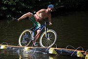 Odvážní jezdci, kteří se na kole vydali přes Jizeru na úzké lávce na plovoucích pontonech, bavili svými pády obecenstvo.