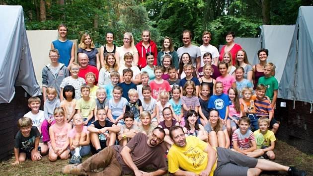 Tábor v Okrouhlíku: hitem je večerní táborák a zpěv.