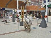Sochy, které vytvořili umělečtí kováři z celého světa v rámci Metalového sympozia, se přestěhovaly  do obchodního centra Olympia.