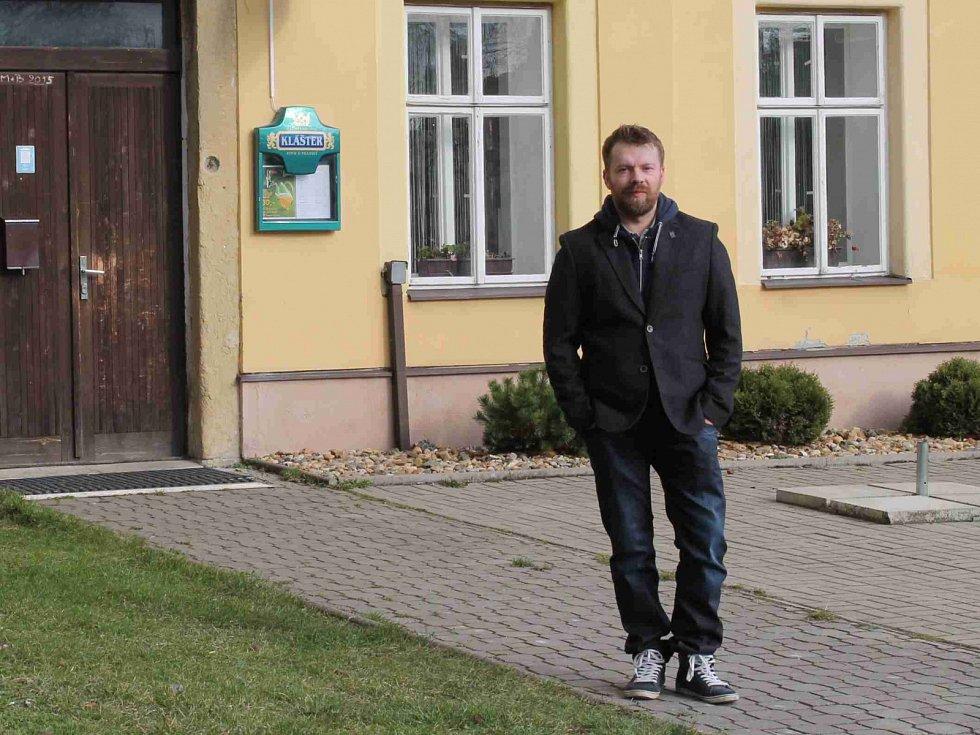 MÍSTOSTAROSTA Jan Kroupa před budovou obecního úřadu, který místní najdou v bývalé škole.