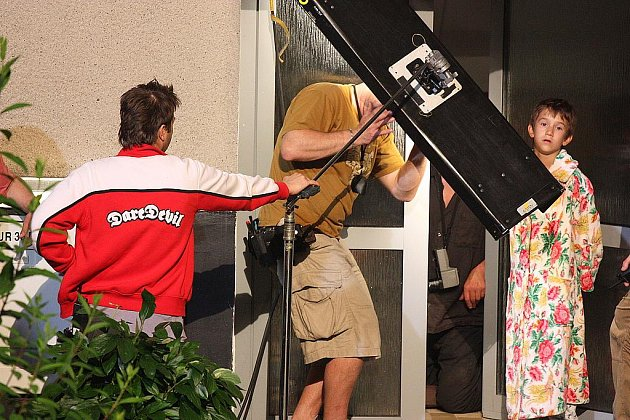 Filmový štáb na sídlišti v Kosmonosích připravuje natáčení jedné ze scén dosud utajovaného filmu Kuky.