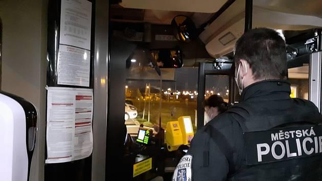 Městská policie ve spolupráci s DP Mladá Boleslav kontrolují nošení respirátorů v autobusech.