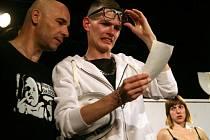 Patrik Šimůnek (uprostřed) v představení Dámský krejčí