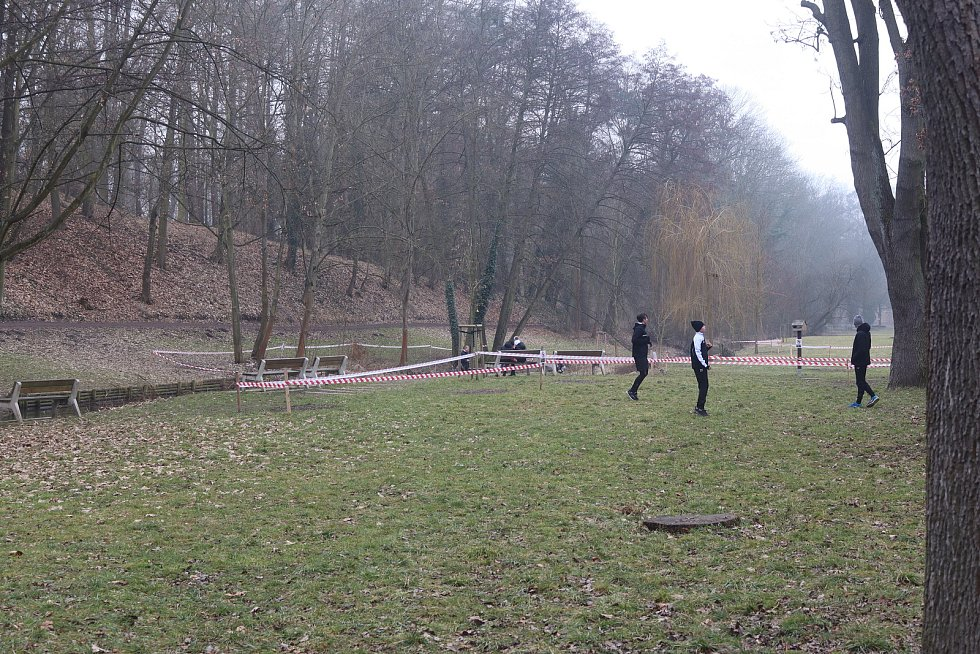 Uzavřená hřiště v mladoboleslavském parku Štěpánka.