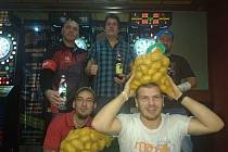 Sport i zábava. Šipky jsou na Mladoboleslavsku čím dál tím populárnější. A že se u nich zažije i kopa srandy, potvrzuje společná fotka vítězů předvánoční boleslavského turnaje.
