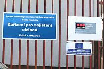 Zařízení pro zajištění cizinců v Bělé Jezové je pod palbou kritiky