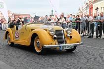 Start první etapy 5. ročníku Oldtimer Bohemia Rally na Staroměstském náměstí v Mladé Boleslavi.