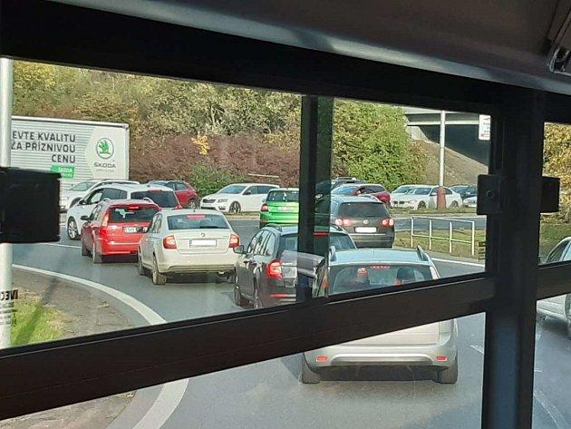 Doprava vMladé Boleslavi byla vpátek odpoledne kvůli nehodě na dálnici D10 ochromená.