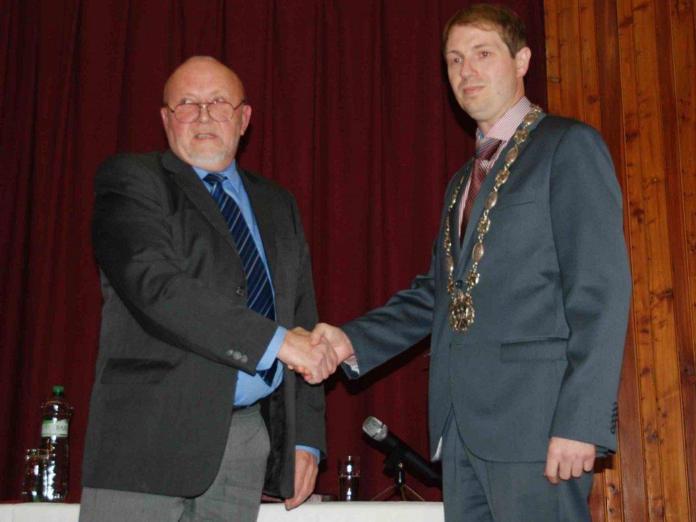 Arnošt Vajzr, dnes již bývalý starosta, předává vedení města Ondřeji Lochmanovi