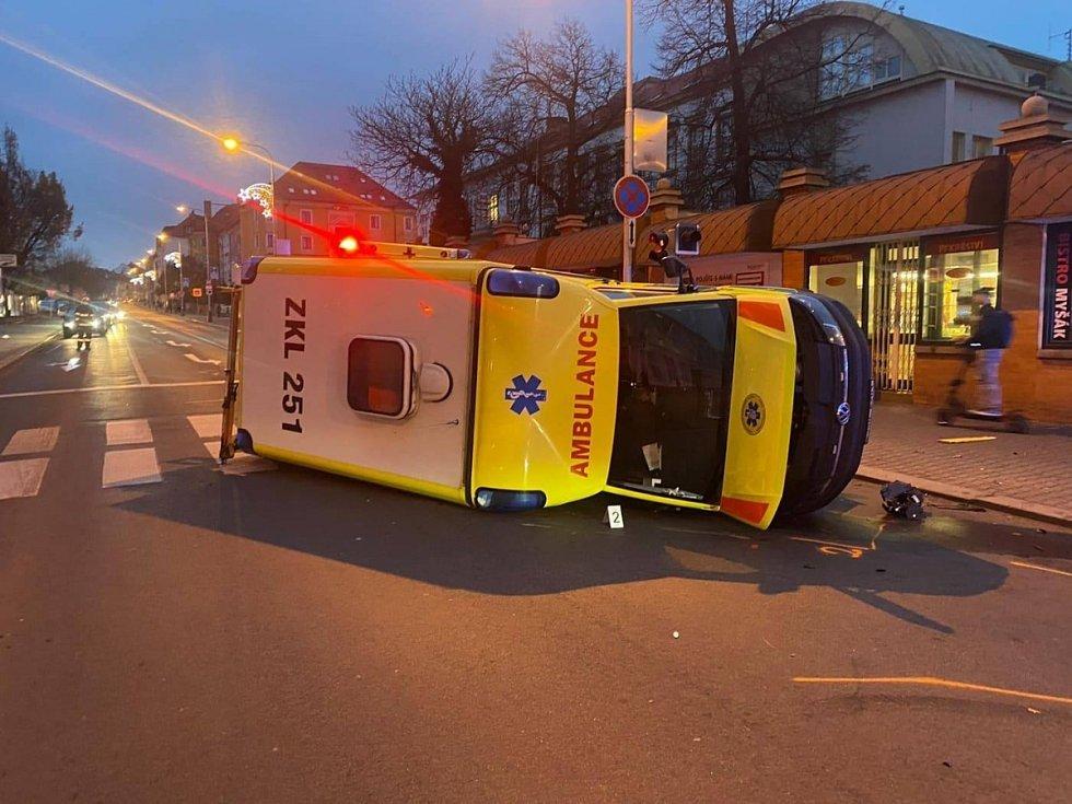Dopravní nehoda sanitky před mladoboleslavskou nemocnicí v úterý 1. prosince 2020.