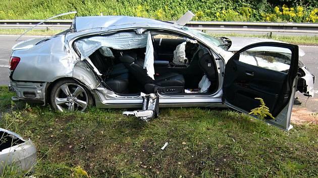 Nehoda lexusu u Mnichova Hradiště skončila relativně dobře.