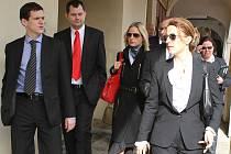 Náměstkové primátora Bouška a Marek a místopředsedkyně sněmovny Klasová s vícepremiérkou Peake (vpředu) v Mladé Boleslavi při cestě do restaurace.