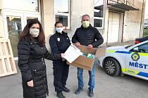 Respirátory dostávají i strážníci u odběrových center