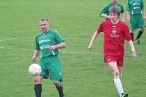 Ani zkušený bezenský obránce Petr Bernard (vlevo) nestačil zabránit prohře svého týmu