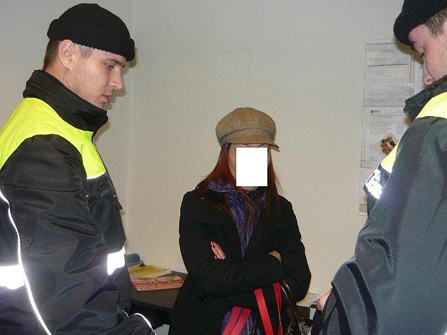 Cizinka ukusovala bezpečnostní čipy z oděvů.