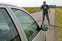 Takto byste se měli na in-line bruslích po silnici prohánět.