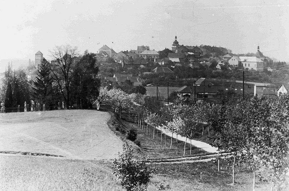 Na snímku z roku 1927 je pohled od Dražic na hřbitov. Činžovní domy v té době ještě nestály.