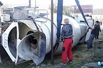 Míchačka s betonem se převrátila u rodinných domů v Bukovně.