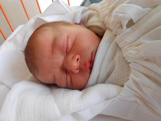 JÁCHYM Švec se narodil 13. července, vážil 3,663 kilogramů a měřil rovných 50 centimetrů. Maminka Markéta a tatínek Pepa si ho odvezou domů do Kolomut, kde už se na něj těší dvojčata Janek a Vojta a sestřička Zuzanka.
