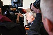 Krajský soud v Praze začal v úterý projednávat případ pokusu o vraždu na JIP chirurgie mladoboleslavské nemocnice. Na snímku státní zástupce Tomáš Milec v obležení reportérů.