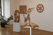 Galerie Pod Věží v Mladé Boleslavi o uplynulém víkendu nabízela poslední možnost navštívit nevšední výstavu dřevěných obrazů a dalších objektů ze dřeva z dílny dřevaře, autora knih i vypravěče Martina Patřičného.