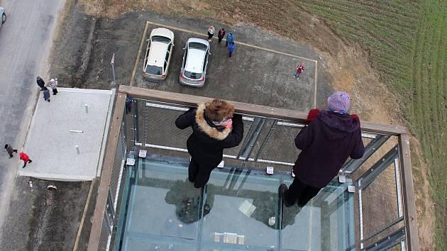 PO LETECH peripetií se v úterý za účasti asi sedmi desítek lidí otevřela rozhledna Čížovka tyčící se do výše 40 metrů nad stejnojmennou obcí.