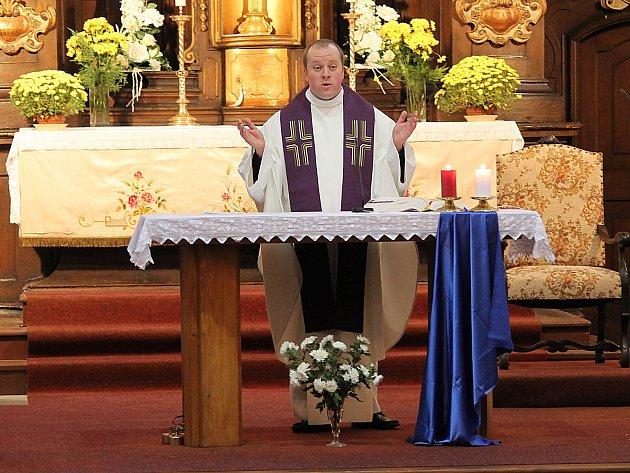 Farář Pavel Mach při nedělní mši