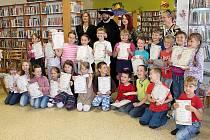 Debřské prvňáčky pasovali na čtenáře v mladoboleslavské knihovně