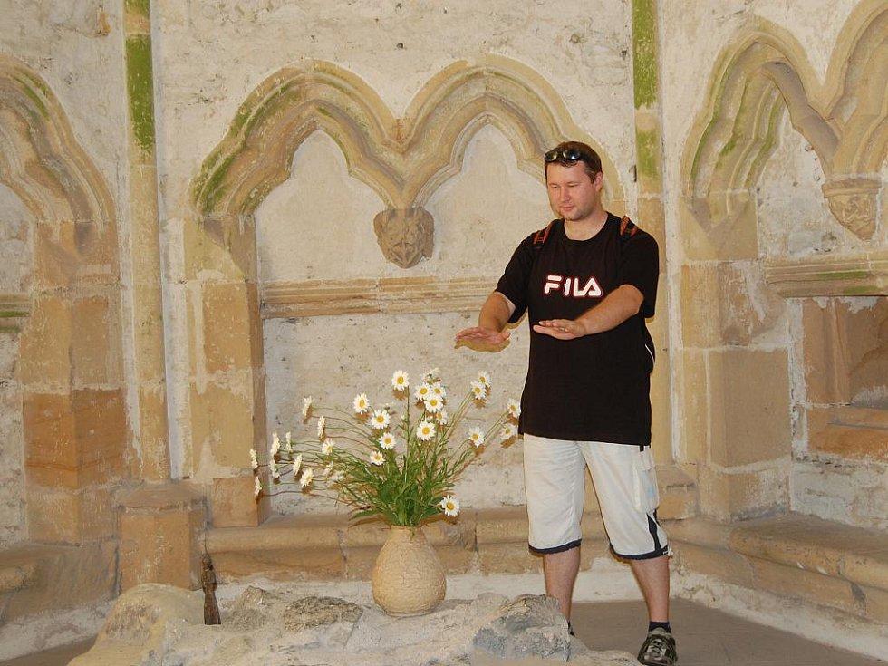 Putování na hrad Bezděz. V kapli si můžete vyzkoušet, zda v rukou ucítíte příjemné vibrace.