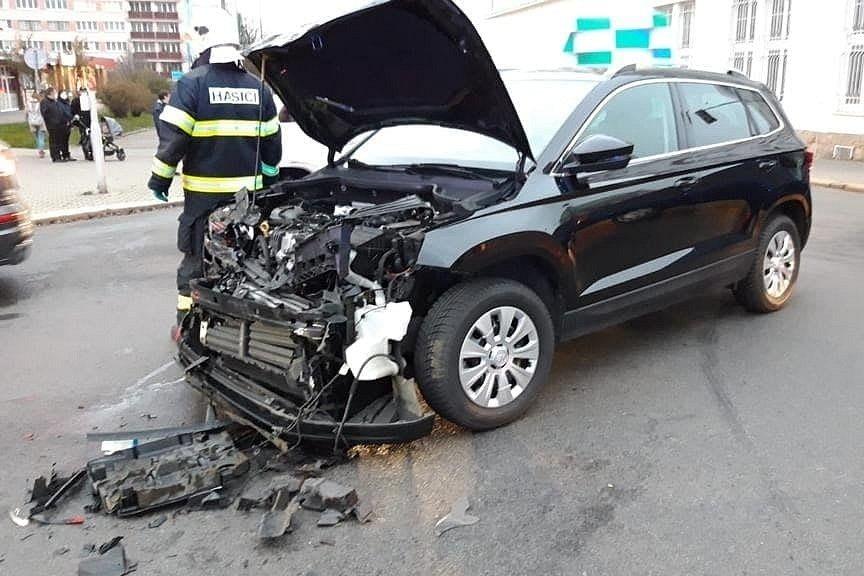 Dopravní nehoda před mladoboleslavskou nemocnicí v úterý 1. prosince 2020.