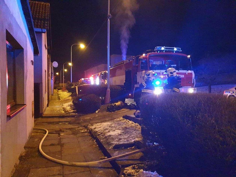 Požár kompletně zničil dům v Pražské ulici v Benátkách nad Jizerou.