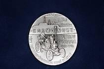Jedna strana pamětní mince připomíná povýšení města, druhá Václava Svobodu.