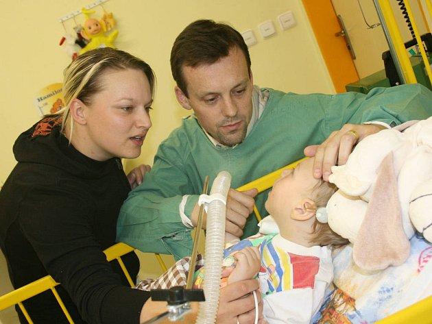 Teprve dvouletý Dan Šelemberk z Mladé Boleslavi teď musí ležet na jednotce intenzivní péče v Klaudiánově nemocnici, kde se o něho skvěle starají lékaři i zdravotní personál. Rodiče (maminka Mariana a tatínek Radim) u něho tráví většinu svého času.