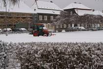 Úklid sněhu v parku