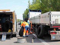 Řidič tohoto kamionu měnil na R10 prasklou pneumatiku. Řidič jiného kamionu ho ale přehlédl a srazil ho.