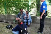 Popíjení alkoholu v Erbenově ulici v Mladé Boleslavi strážníkům neuniklo.