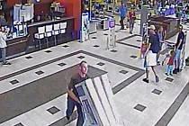 Ve vozíku se pokusil ukrást tři televizory