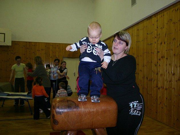 Na cvičení do Kulturního domu v Katusicích chodí pravidelně i dvouletý Daniel.