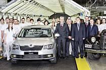 Zaměstnanci automobilky, členové představenstva a členové odborové organizace KOVO s jubilejním vozem Škoda Superb