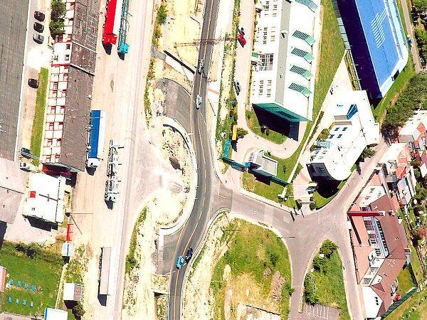 Zatím jen polovina nové kruhové křižovatky vpůlce Průmyslové ulice