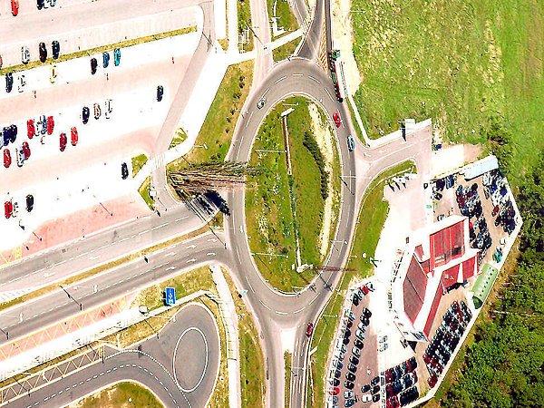 Kruhová křižovatka na konci obchvatu usilnice R10 a 13.brány automobilky