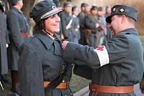 DESÍTKY nadšenců z různých koutů České republiky i ze zahraničí a s různými uniformami z dějin před kasárnami v Boleslavi.