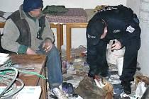 Bezdomovec s koženou brašnou, který se utábořil v rozestavěném domě